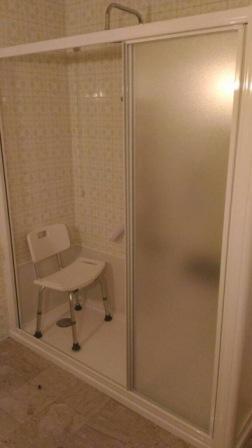 Foto della vecchia vasca trasformata in doccia con seduta