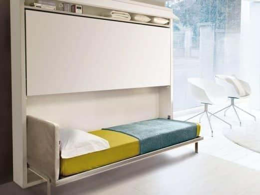 Un letto a scomparsa singolo.
