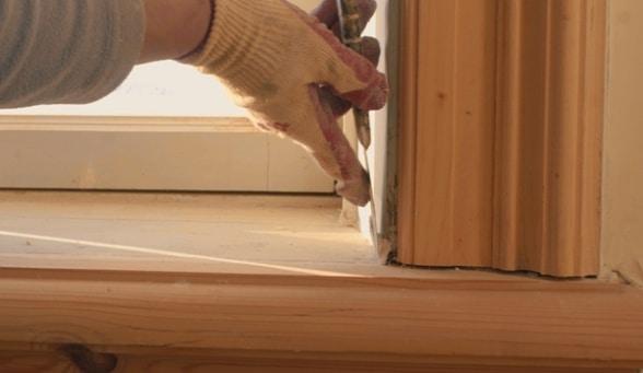 La stuccatura di alcuni infissi in legno.