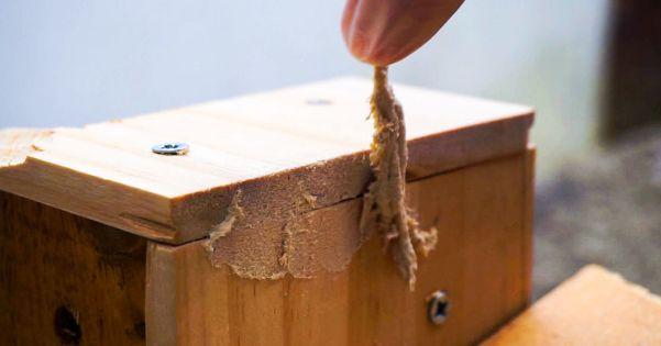 La stuccatura di elementi in legno.