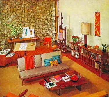 Un soggiorno arredato in pieno stile anni 70.