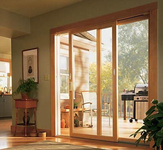 una finestra scorrevole in legno di design.