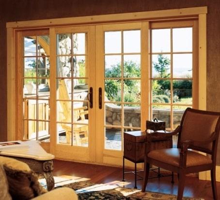 Delle finestre scorrevoli in legno massello.