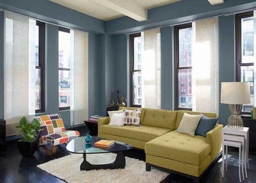 Una pittura di un salone per interni di color blu.