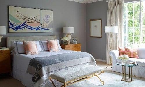 Una camera pitturata internamente con un color grigio