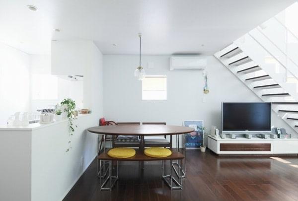 Una sala da pranzo in stile minimal.