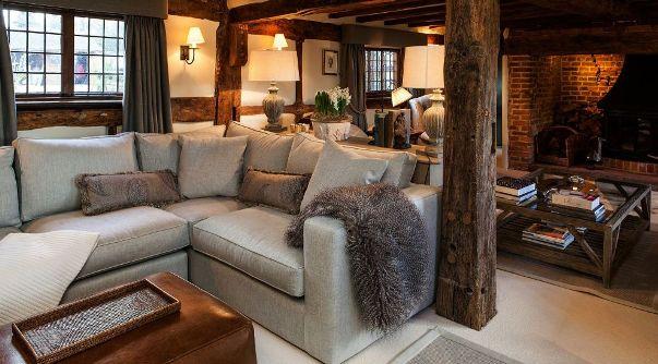 Un salotto in stile country.