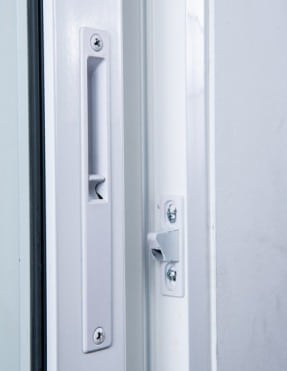 La serratura di una finestra scorrevole in alluminio.