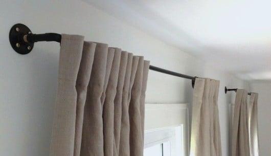 Dei bastoni per tende realizzati con materiali riciclati.