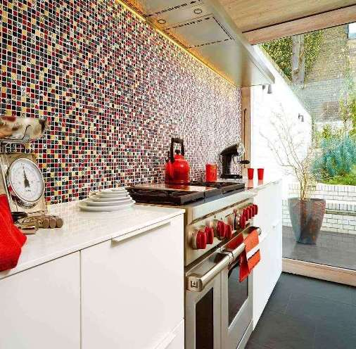 Un cucina con un mosaico a parete.