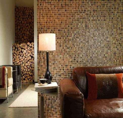 Un salone con un mosaico a parete.
