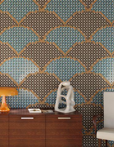 Un mosaico a parete con motivi geometrici.
