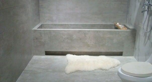 Un bagno con pareti effetto cemento.