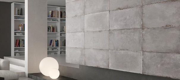 Un salotto con una parete effetto cemento.