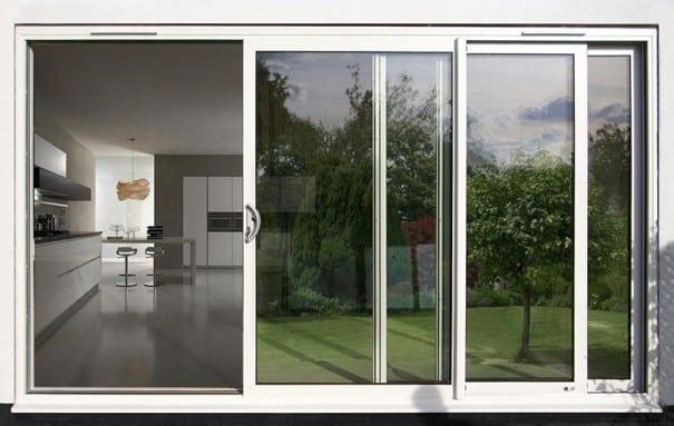 Una porta finestra in alluminio.