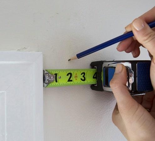 Prendere bene le misure è fondamentale per montare dei bastoni per tende.