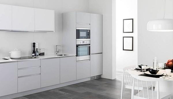 Cucina ristrutturata e arredata con arredo color bianco