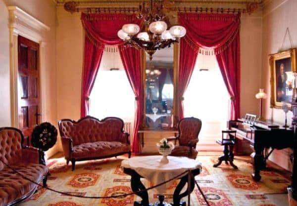 Un salone in stile impero.