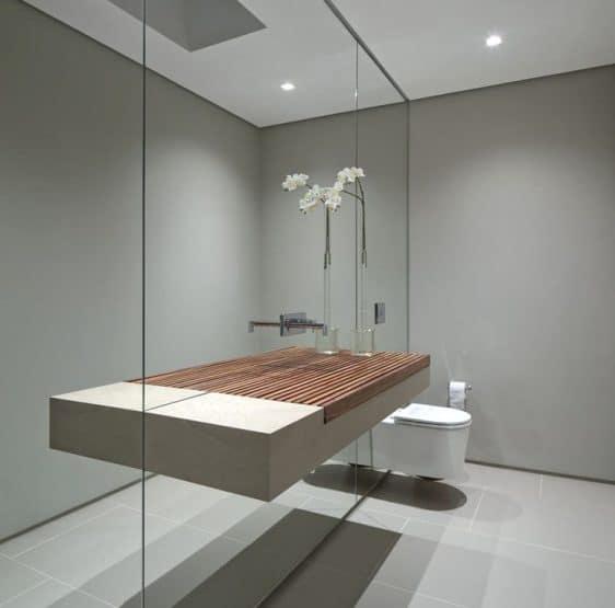 Un bagno con parete a specchio.
