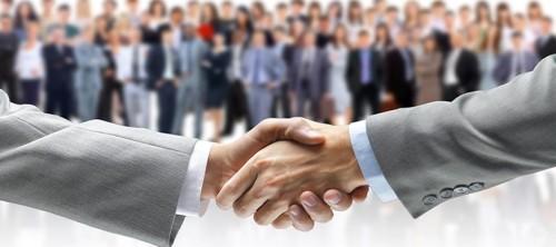 Accordo con stetta di mano tra professionista e cliente