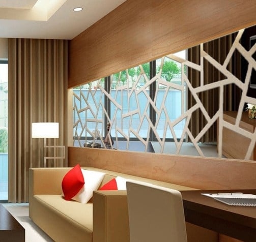 Un salone con una parete a specchio.