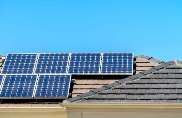 Una casa con pannelli solari.