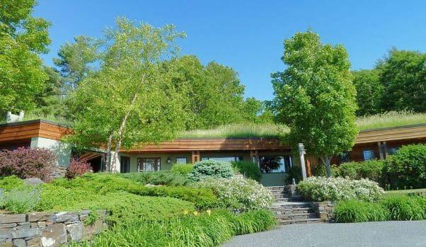 Una casa passiva con tetto verde.