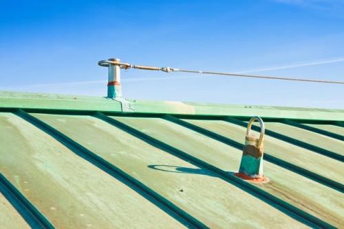 Linea vita installata su tetto in lamiera