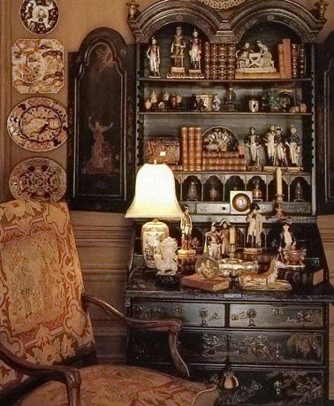 Un soggiorno con arredi antichi.