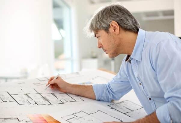 Un architetto nel corso della redazione di un progetto.