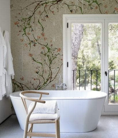 Un bagno con carta da parati a fiori.