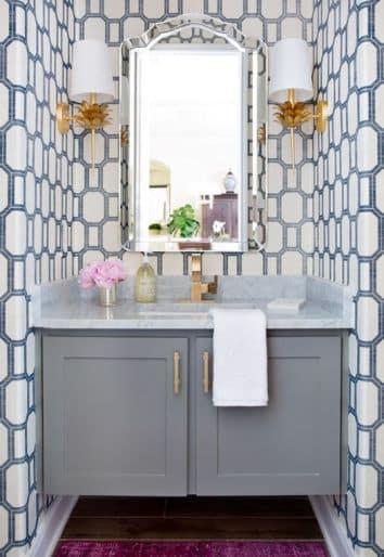 Un bagno con carta da parati a motivi geometrici.