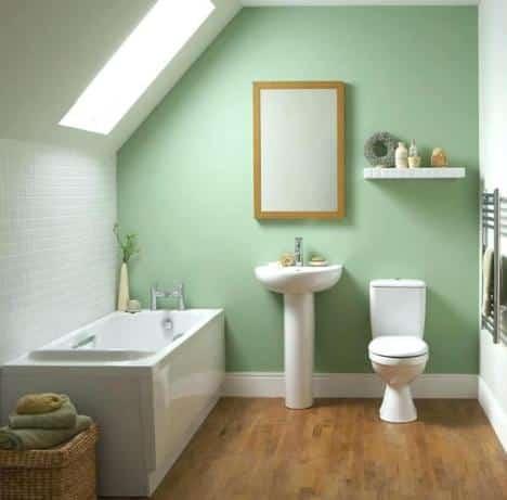 Un bagno con parquet realizzato in un sottotetto.