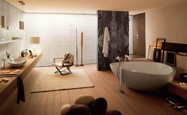 Un bagno con parquet in stile zen.