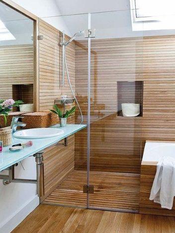 Un box doccia con parete in legno.