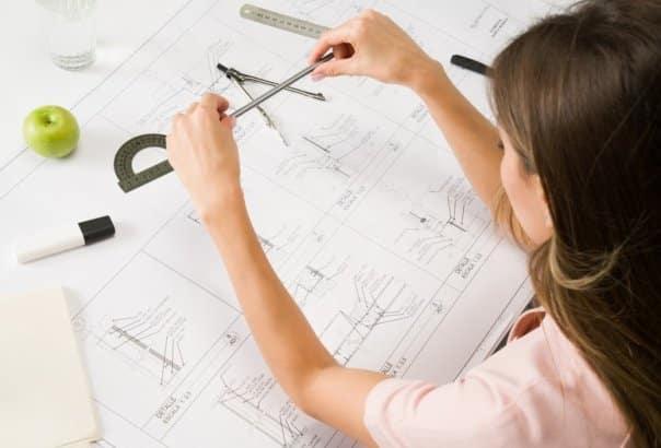 Un ingegnere mentre realizza dei calcoli strutturali.