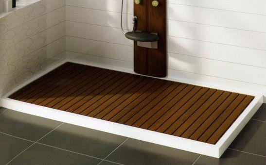 Un piatto doccia in legno.