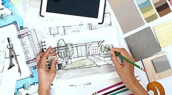 Un interior designer nel corso della progettazione di interni.