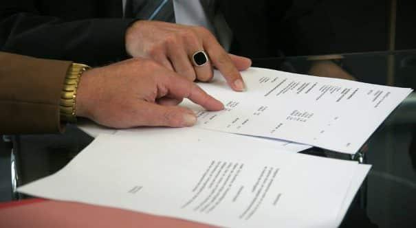 Controllo dei documenti in una compravendita di casa.