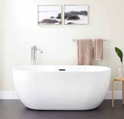 Una vasca freestanding minimal.