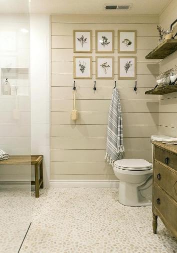 Il bagno di una casa al mare con rivestimenti in legno.