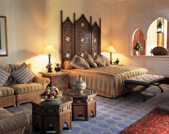 Una camera da letto in stile indiano.