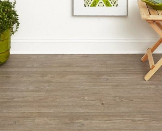Pavimento vinilico effetto legno.