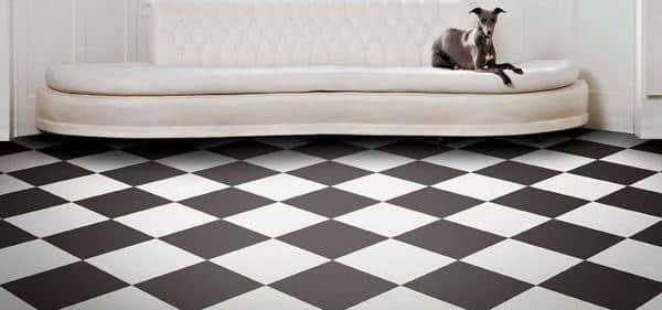 Pavimento vinilico a scacchi bianchi e neri.