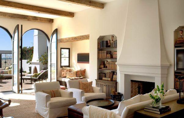 Un salotto in stile mediterraneo.