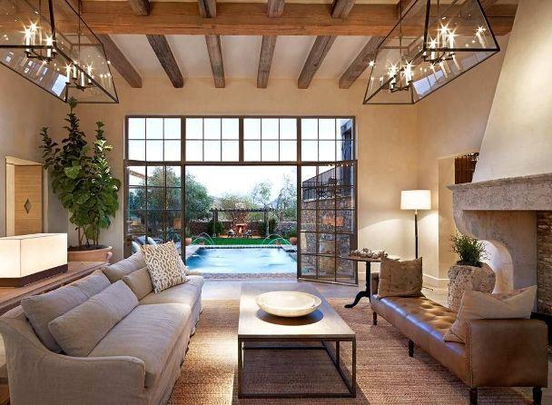 Un soffitto con travi a vista in pieno stile mediterraneo.