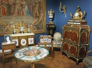 degli arredi in stile Luigi XVI.