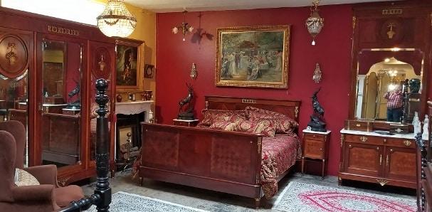 Una camera da letto in stile Luigi XVI.