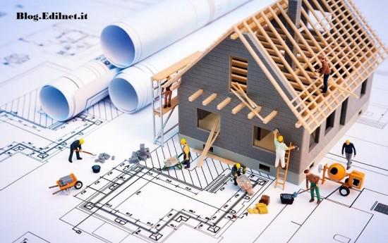 Modellino di casa appoggiata su disegno con operai che lavorano
