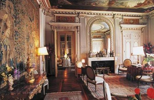 Un salone in stile Luigi XVI.